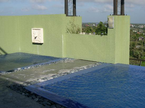 One Tagaytay Place Hotel Suites: whirlpool? beside the swimming pool