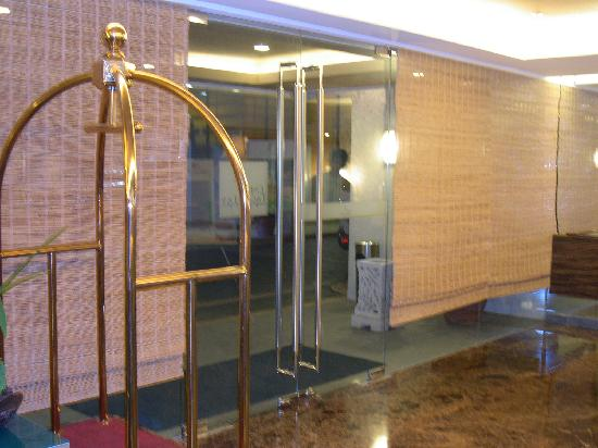One Tagaytay Place Hotel Suites: Hotel Door (doorman is outside)