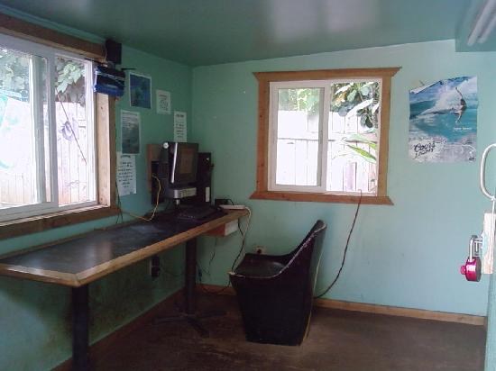 Backpackers Vacation Inn and Plantation Village: internet room, hourly rate for use