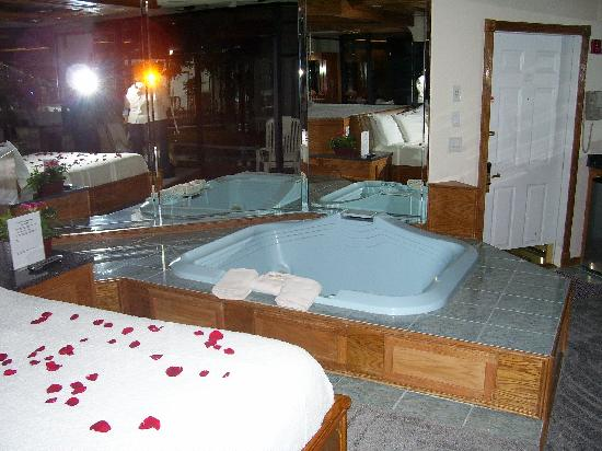 Sybaris Mequon: rose petals on the bed