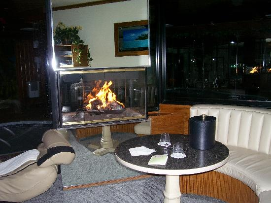 Sybaris Mequon: clean room with fireplace