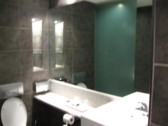 Newpark Hotel : Lots of room for toiletries
