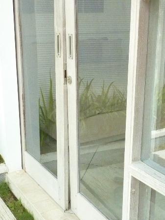 Anakula Villas: Doors Dont Quite Shut