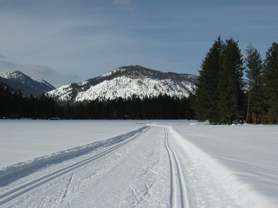 Mazama Country Inn: The trail in the meadow by the lodge