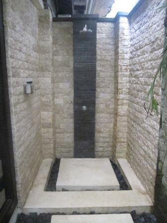 Villa di Abing: Master Room shower
