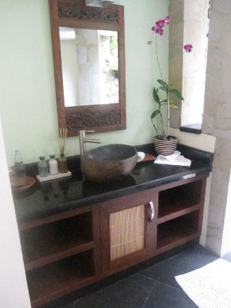 Villa di Abing: Bathroom vanity which is similiar in all rooms