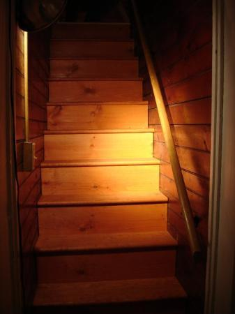 Chestertown, Nova York: Bonnie Belle farmhouse stairs with new boards - I removed multiple layers of carpet, rubber step