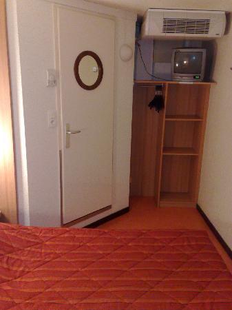 Hôtel Première Classe Bourges : chambre vue 2 placard et TV ridicule