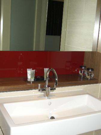 Apex London Wall Hotel: The bathroom sink.