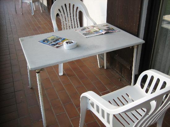 Grassau, Alemanha: Verrostete Balkontische verzierten die Balkone. Keine Sichtschutztrennwände zum Nachbarbalkon (s