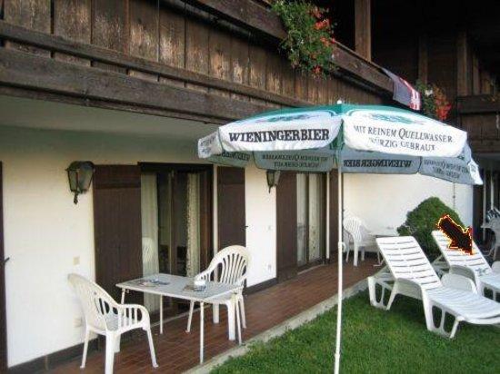 Grassau, Alemanha: Schwer zu erkennen, aber dieser Joghurtbecher lag eine Woche auf der Dachterrasse vor unserem Zi