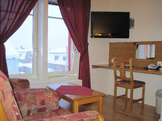 Hotell Edstrom: TV-grupp och skrivbord