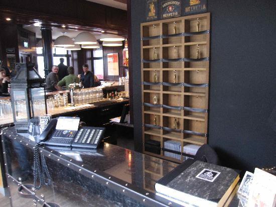 Boutique Hotel Helvetia: reception on corner of bar