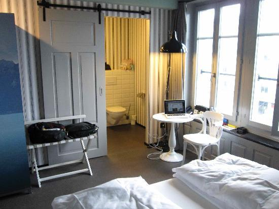 Boutique Hotel Helvetia: room with view of river