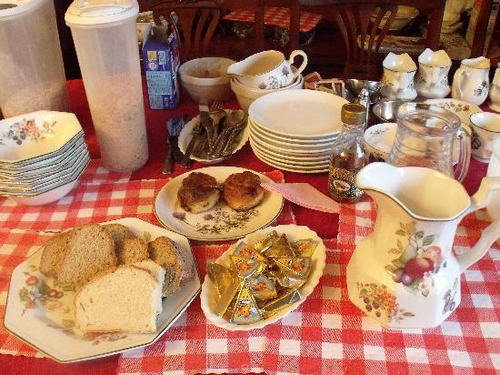 Balcony House Bed & Breakfast: breakfast table