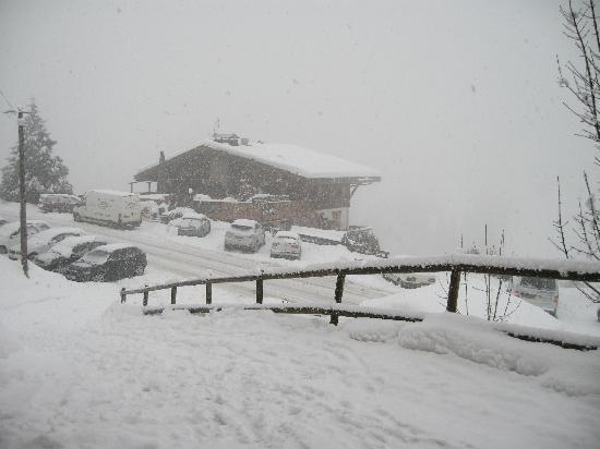 Chalet Le Panoramic: A snowy outlook from the dining area