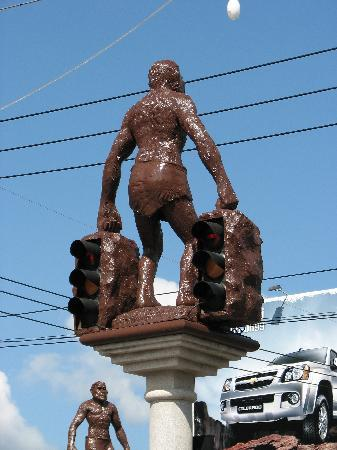 Krabi River Hotel: Neanderthal statues holding up traffic lights
