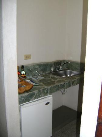 Armenia Hotel : habitación, minibar