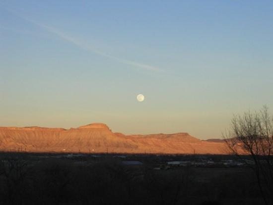 Grand Junction, Kolorado: Moon over the Bookcliffs