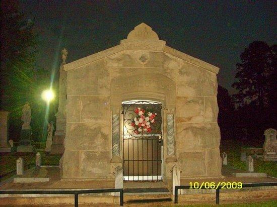 Oakwood Cemetery : shluter tomb