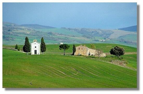 Pienza, Italie : Chapel of Vitaleta and farm house