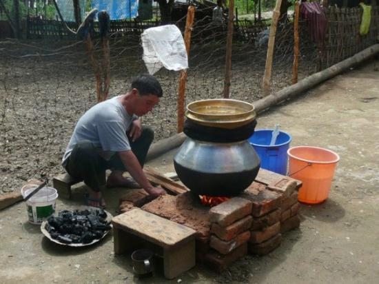 "Dirang, Inde : Making Chang...local ""wine"""