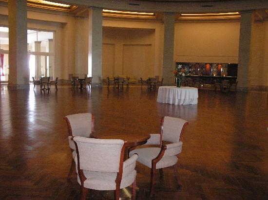 NH Gran Hotel Provincial: bar del primer piso-cupula