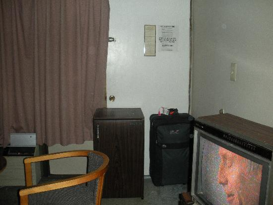 Tradewinds Motel : We put luggage and the broken fridge in front of the door because the lock was broken.