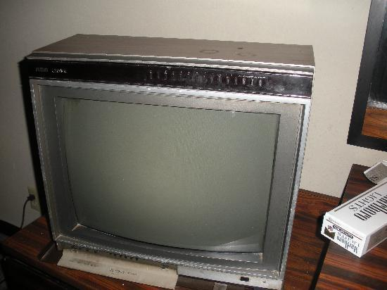 Tradewinds Motel: ANCIENT television that didn't work.