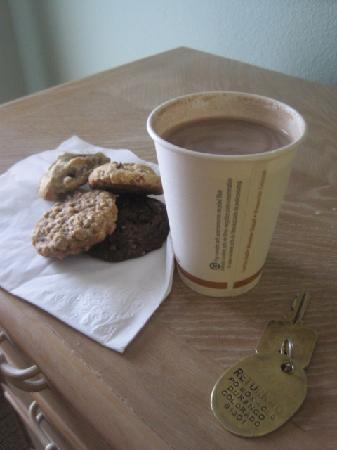The Rochester Hotel and Leland House: Fresh Baked Cookies and Hot Cocoa!
