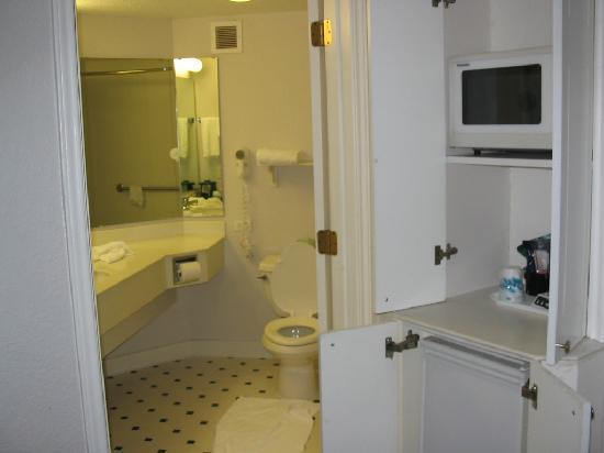 La Quinta Inn & Suites Panama City: LQ bathroom view