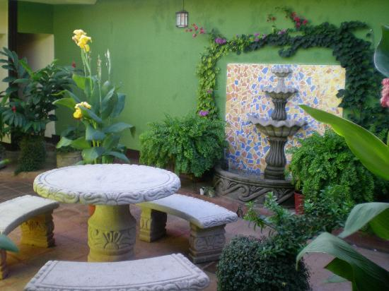 Hotel Casa La Luna: Courtyard- beautiful with all the plants