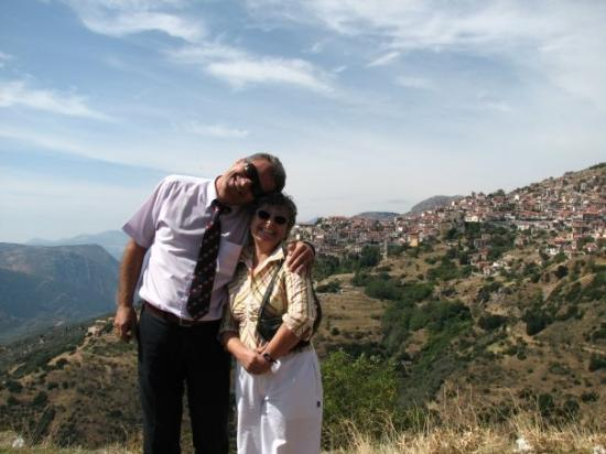 Arachova, Grecia: Our amazing caretakers. Cleo our guide and Kostas the bus driver.