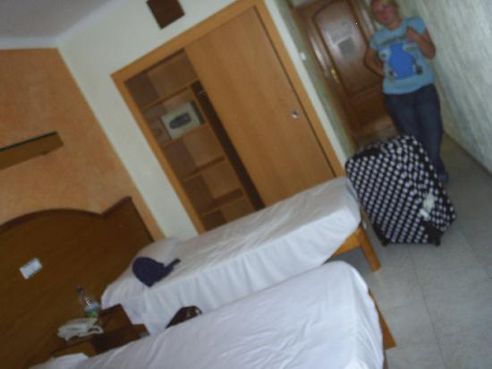 Lively Magaluf Hotel: room when we 1st came in!