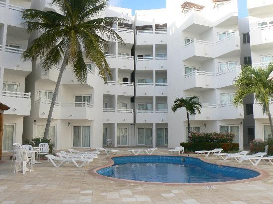Holiday Inn Cancun Arenas: Hôtel et piscine
