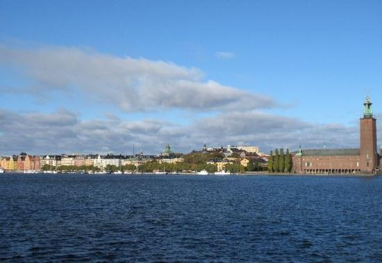 The Red Boat Hotel & Hostel: View of the Stadhuset & Kungsholmen from our room (take outside the outer room door)