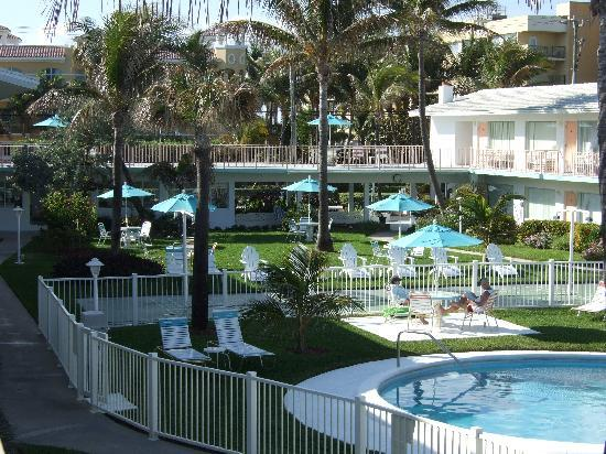 Sunrise Ocean Suites: Court Yard & Pool View from Beach Side