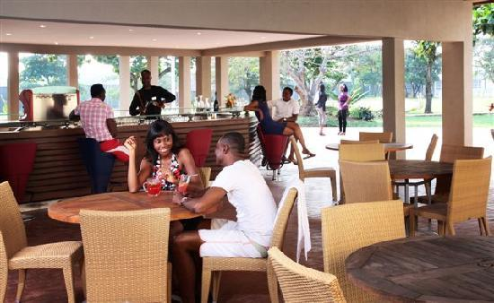 Golden Tulip Festac Lagos : Bar at the Pool