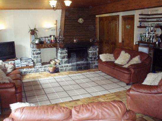 Chalet Koala : Comfy lounge and open log fire