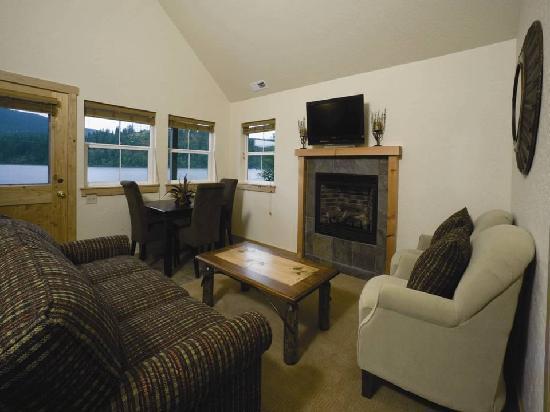 Dover Bay Resort Sandpoint: Bungalow Living Room