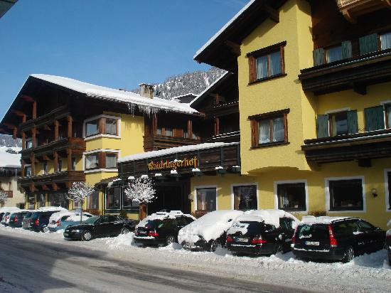 Hotel Waidringer Hof - 1. Tiroler Glückshotel: Hotel in daylight