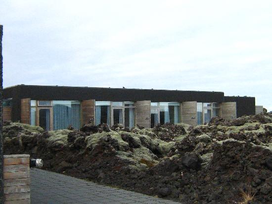 Silica Hotel: view of rooms from the pathway to the public Blue Lagoon