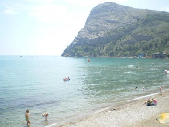 Sudak: De kiezelstenen plage in Novi Sved