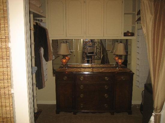 Augusta House Bed and Breakfast: walk in closet - a room itself!
