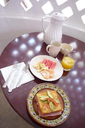 Amaranto Bed and Breakfast: Tasty full breakfast:French toast with cheese & ham, freshly squeezed orange juice, fresh fruits