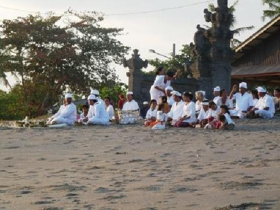 Hotel Tugu Bali: Cérémonie balinaise près du Tugu Bali