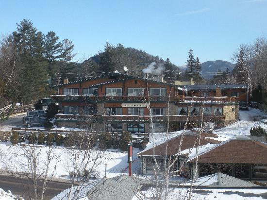 Best Western Adirondack Inn: veiw from across the street
