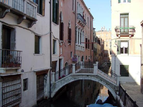Palazzo Paruta: Petit pont d'accès à l'entrée de l'hôtel