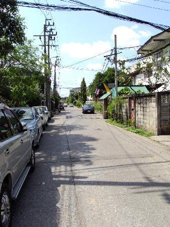 Sivalai Place: morning walk to ze main road