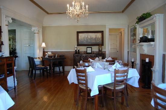 1801 First Luxury Inn: dining area (view from dining porch)